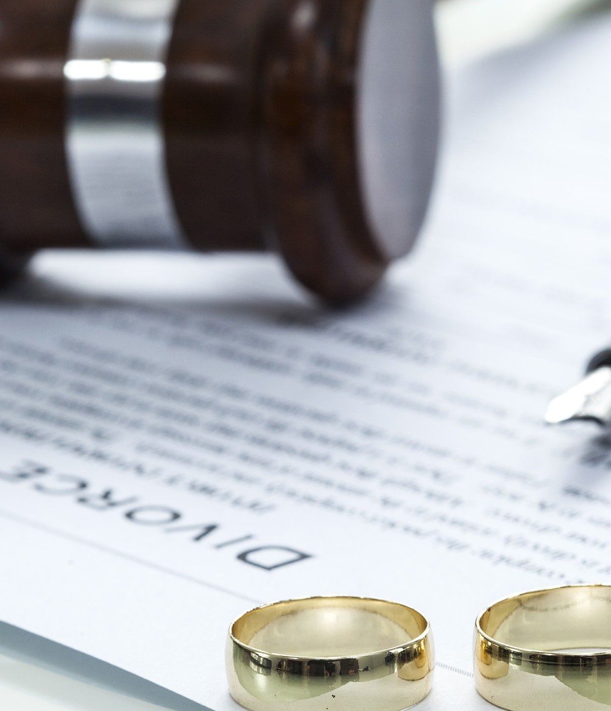 divorce contract with rings and gavel